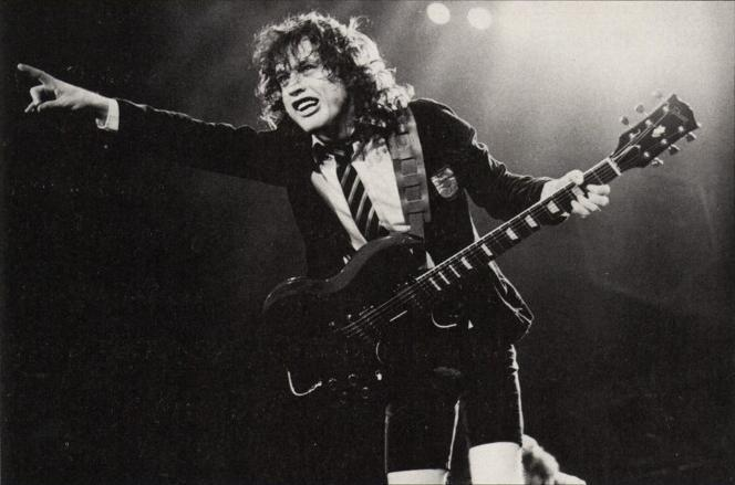 angus-young-ac-dc-4157868-664-439